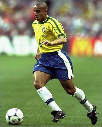 Véritable dragster sur son couloir gauche, doté d'une frappe du pied gauche à la puissance ahurissante, il a été sélectionné 125 fois avec le Brésil, remportant un Mondial et 2 Copa America :