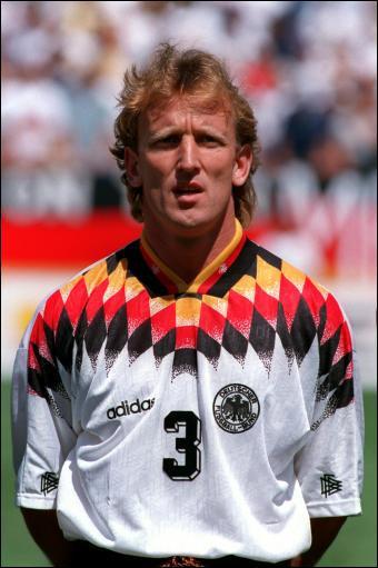 Les arrières gauches sont maudits : Si l'un d'eux marque le but décisif en finale du Mondial, c'est hélas lors du tournoi le plus laid de l'histoire. En attendant, en 1990, l'Allemagne adulait...