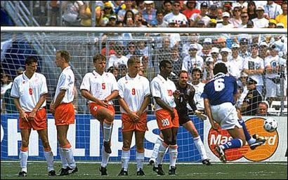 Pas vraiment le plus élégant des joueurs, ce champion du monde 1994 disposait d'une solide frappe de balle, et planta quelques beaux coups francs dans sa carrière (ici, face aux Pays-Bas) :