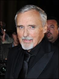 Cet acteur a fait ses débuts aux côtés de James Dean. Il a réalisé et joué dans le film culte 'Easy Rider'. Qui est cet acteur disparu le 29 mai 2010 à 74 ans ?