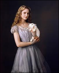 Comment s'appelle cette jeune fille qui suit un lapin blanc ?