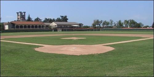 Au baseball, comment appelle-t-on le terrain carré qui porte le nom d'une pierre précieuse ?