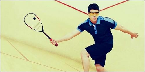 Au squash, les joueurs s'échangent la balle au-dessus d'un filet.