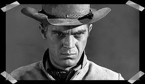 Il est connu pour ses rôles d'anti-héros. Quel acteur était pilote moto et automobile ?