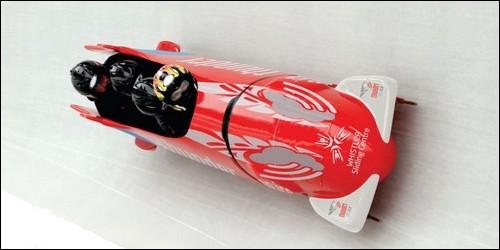 Il y a un moteur sur un bobsleigh.