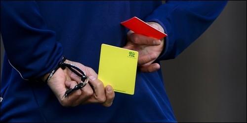 Au football, quelle est la couleur du carton brandi par l'arbitre en cas de faute grave ?