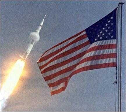 Le nom du programme spatial qui fut élaboré pour la conquête de la Lune était Apollo.
