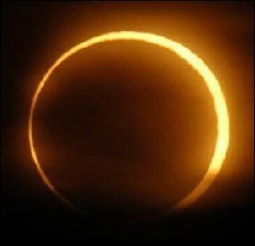 Une éclipse de Soleil, c'est quand le Soleil cache la Lune en passant entre celle-ci et la Terre.
