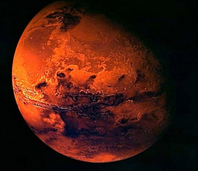 Vue de la Terre, la planète Mars est rouge.
