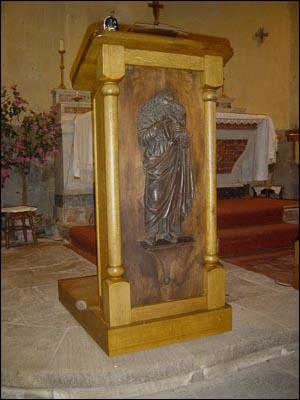 L'ambon est une petite tribune surélevée placée à l'entrée du choeur de certaines églises. C'est là que :