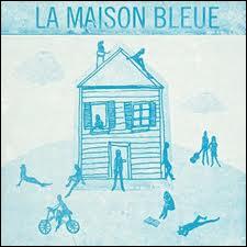 'C'est une maison bleue adossée à la colline... '