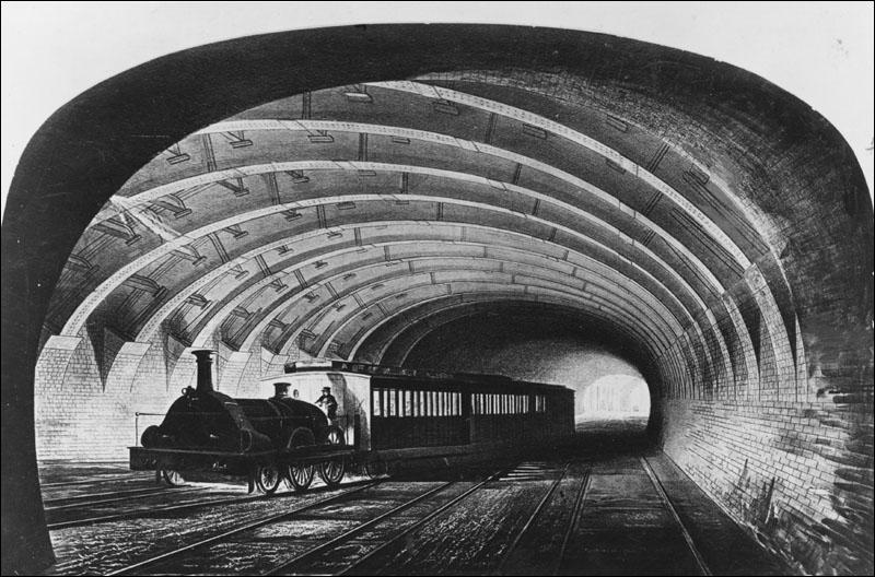 Dans quelle ville a été construite la première ligne de métro ?