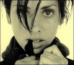 Quelle chanteuse australienne a débuté sa carrière avec le titre 'Torn' ?