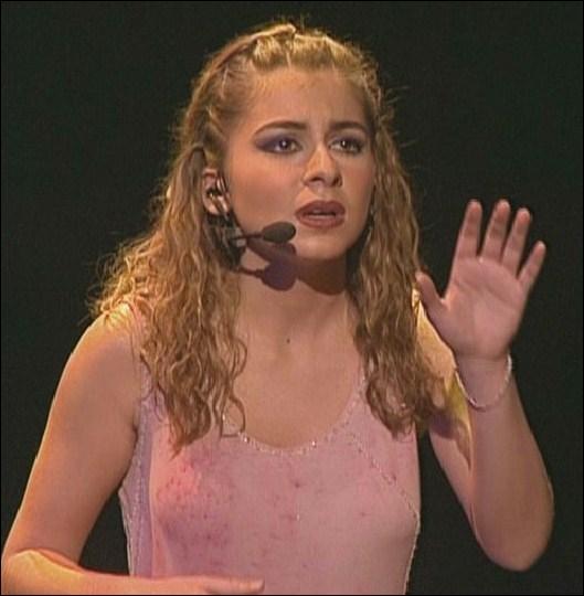 Quelle chanteuse française s'est fait connaître grâce à la comédie musicale 'Notre-Dame de Paris' où elle tenait le rôle de Fleur-de-Lys ?