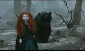 Comment est tué l'ours féroce dans  Rebelle   ?