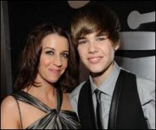 Sa mère, d'origine française, est mère célibataire. Sur quel site a-t-elle mis en ligne des vidéos de Justin en train de chanter lorsqu'il était un pré-ado ?