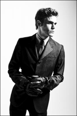 Quel âge a Stefan dans la saison 1 ?