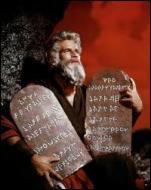 Quel objet gravé sur pierre Moïse reçoit-il de Dieu au sommet du mont Sinaï ?