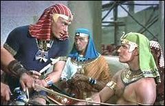 Moïse a grandi dans les palais des pharaons et a reçu une éducation princière . A la suite de quel évènement a-t-il découvert ses vraies origines ?