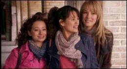 Ce dernier est un peu amoureux de l'amie des 2 filles ( à gauche de la photo). Quel est son nom (saison 1 et 2) ?