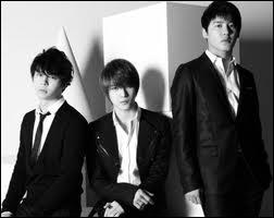 Pour quelle raison certains membres sont-ils partis dans un autre label pour former un nouveau groupe sous le nom de JYJ ?