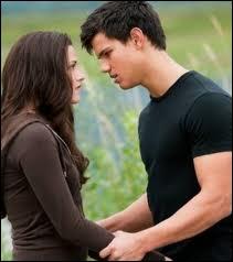 Que demande Bella à Jacob ?