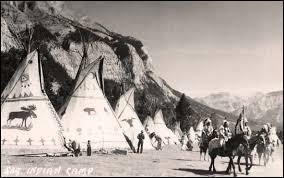 Custer est à la tête d'un régiment de 600 hommes lorsqu'il repère au cours d'une patrouille un campement indien. Quelle tactique met-il en place très rapidement ?