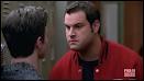 Que fait Karofsky à Kurt dans les secondes qui suivent ?