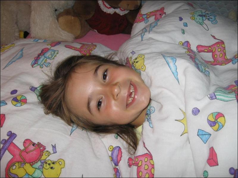 Cette petite fille vient de perdre sa dent, qu'attend-elle avec impatience ?