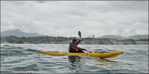En kayak, on sert d'une pagaie :