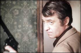 Qui jouait avec Belmondo en 1976 dans le film de Philippe Labro 'L'alpagueur' ?
