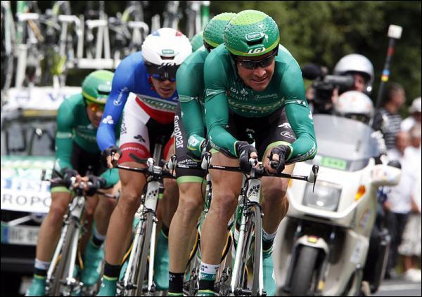 Il serait trop facile de vous demander qui est au premier plan. Je préfère demander qui est ce coureur qui est vêtu du maillot de champion de France du contre-la-montre en 2011 ?