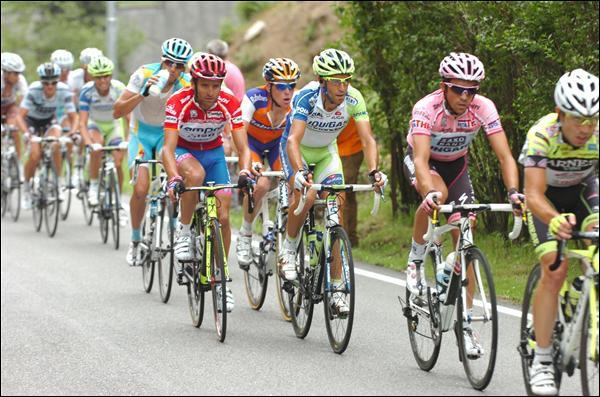 Vous avez à l'image le podium complet du dernier Giro. Bien sûr, c'est A. Contador qui finit en rose avec plus de 6 minutes d'avance sur son premier dauphin, que nous avons ici en rouge. Qui est-il ?