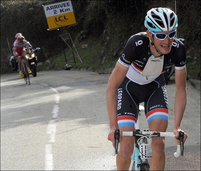 Nous voyons ici en action le vainqueur du Critérium International qui lance son ultime attaque avant de remporter l'étape et la course sur les routes corses. De qui s'agit-il