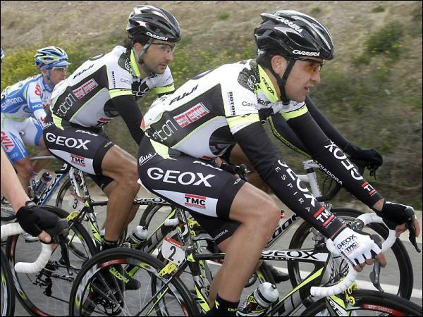 Nous avons ici deux coureurs de l'équipe Geox avec Carlos Sastre au premier plan. La question est combien celui-ci a remporté de grand tour durant sa carrière ?