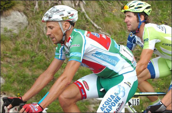 Nous avons ici Stefano Garzelli, leader de l'équipe Acqua & Sapone, sur les routes du Giro 2011. Que signifie ce maillot vert qu'il arbore ?