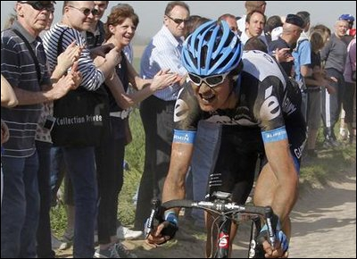 Ce coureur de l'équipe Garmin-Cervélo est sur les routes de Paris-Roubaix. Il déjoua lors de l'édition 2011 tous les pronostics puisqu'il s'imposa devant les favoris. Qui est-il ?