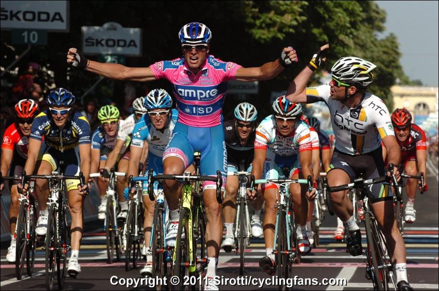 Qui est le sprinter de l'équipe Lampre qui remporte ici la deuxième étape du Giro 2011 devant Mark Cavendish ?