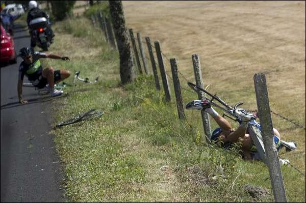 Ces 2 coureurs viennent de chuter après avoir été percuté par une voiture durant le Tour de France. Celui qui est dans les barbelés est Johnny Hoogerland. Mais qui est cet autre coureur de la Sky ?