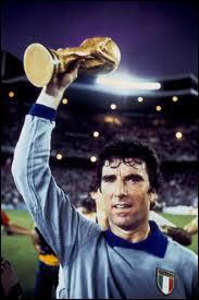 Le gardien Dino Zoff n'aura pas concédé de but en international pendant... ... entre 1972 et 1974.