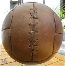 En quoi était fait les premiers ballons de foot ?