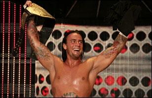 Le 30 juin, CM Punk utilise sa mallette et remporte le World Heavyweight Championship.