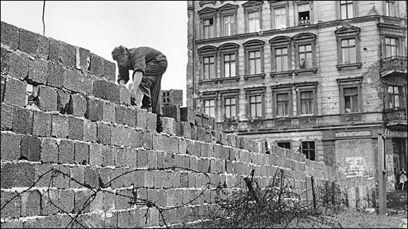Quand le mur de Berlin a-t-il été édifié ?