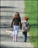 ______________________, elle ACCOMPAGNAIT son petit frère à l'école.