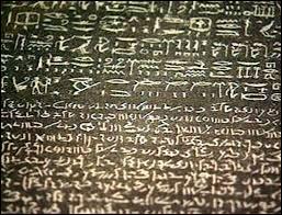 Quel artéfact découvert par les scientifiques français lors de cette expédition permettra à Champollion de déchiffrer les hiéroglyphes égyptiens ?