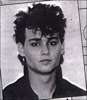 Quel âge avait Johnny Depp lorsque il a quitté l'école ?