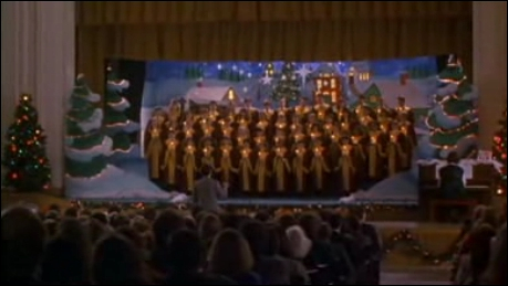Dans le deuxième film, pourquoi le public de la chorale rit lorsque c'est au tour de Kevin de chanter ?