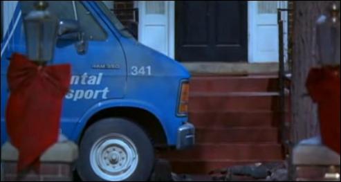 Dans les deux films, les voitures qui se garent devant la maison des McCallister percutent un objet à plusieurs reprises, quel est cet objet ?