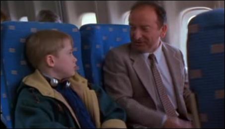 Lorsque Kevin prend l'avion de New-York par inadvertence, il s'assied à côté d'un voyageur parlant en quelle langue ?