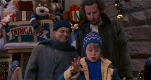 Où est-ce que l'on retrouve la première fois les cambrioleurs dans 'Maman j'ai encore raté l'avion' ?